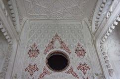 Witte ruimte met rode decoratie Royalty-vrije Stock Foto's