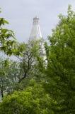Witte Russische oude kerk van achter de lentebomen Royalty-vrije Stock Afbeelding