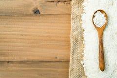 Witte ruwe Thaise jasmijnrijst in houten lepel stock foto's
