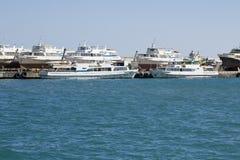 Witte schepen in haven Stock Fotografie