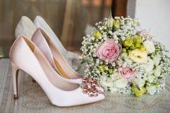 Witte schoen van de Bruid de achtergrond van het huwelijksthema stock fotografie
