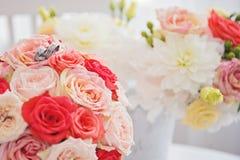 Witte schoen van de Bruid de achtergrond van het huwelijksthema royalty-vrije stock afbeelding