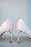 Witte schoen van de Bruid de achtergrond van het huwelijksthema royalty-vrije stock fotografie