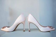 Witte schoen van de Bruid de achtergrond van het huwelijksthema stock foto