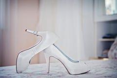 Witte schoen van de Bruid de achtergrond van het huwelijksthema royalty-vrije stock foto