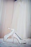 Witte schoen van de Bruid de achtergrond van het huwelijksthema stock foto's