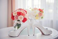 Witte schoen van de Bruid de achtergrond van het huwelijksthema royalty-vrije stock foto's