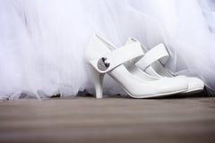 Witte schoenen met kristallen Stock Foto