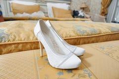 Witte schoenen van bruid in slaapkamer Stock Foto