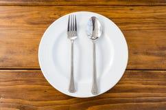 Witte schotel met lepel en vork Stock Foto