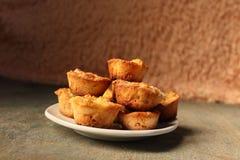 Witte schotel met muffins op een houten achtergrond Royalty-vrije Stock Afbeelding