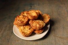 Witte schotel met muffins op een houten achtergrond Stock Fotografie