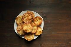 Witte schotel met muffins op een houten achtergrond Royalty-vrije Stock Fotografie