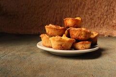 Witte schotel met muffins op een houten achtergrond Stock Afbeelding