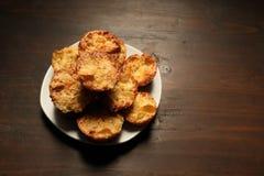 Witte schotel met muffins op een houten achtergrond Stock Foto's