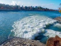 Witte schuimnevel in de rivier royalty-vrije stock afbeelding