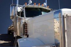 Witte Semi Vrachtwagen Stock Afbeeldingen