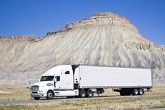 Witte semi vrachtwagen Stock Foto