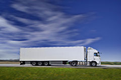 Witte Semi Vrachtwagen op Weg Royalty-vrije Stock Foto's