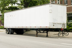 Witte semi-vrachtwagenaanhangwagen Stock Foto's