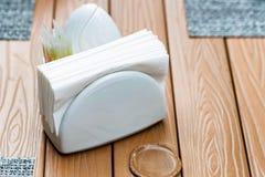 Witte servethouder op restaurantlijst stock fotografie