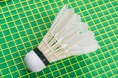 Witte shuttle op gele netto racket Royalty-vrije Stock Foto
