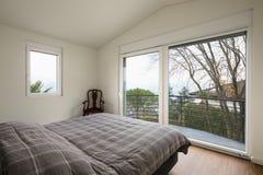 Witte slaapkamer, grote vensters stock foto's