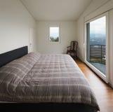 Witte slaapkamer, grote vensters royalty-vrije stock foto's