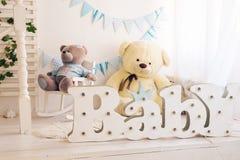 Modieuze blauwe slaapkamer voor jongen stock afbeelding
