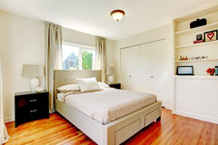 Witte slaapkamer met de vloer van de hardhoutkers. Stock Foto