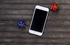 Witte smartphone met giftenclose-up Gadget op rustieke houten lijst Stock Foto's