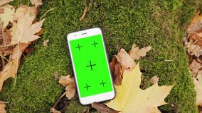 Witte smartphone met groene chromakeys en tellers in openlucht stock footage