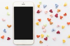 Witte smartphone met kleurendocument hart in hoogste mening Royalty-vrije Stock Afbeeldingen