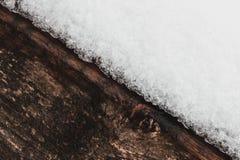 Witte sneeuw op de donkere bruine houten mooie abstracte de winterachtergrond Stock Foto's