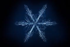 Witte sneeuwvlok op de donkerblauwe achtergrond Royalty-vrije Stock Fotografie