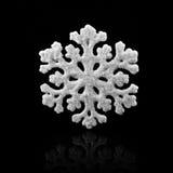 Witte sneeuwvlok op zwarte achtergrond De wintersymbool Royalty-vrije Stock Fotografie