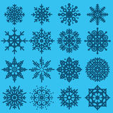 Witte sneeuwvlokken grote reeks verschillende variaties op azuurblauwe backgr Stock Foto