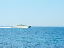 Witte snelheid yatch in open waterenhoogtepunt vooruit Stock Foto