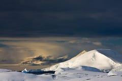 Witte snowcapped berg stock fotografie
