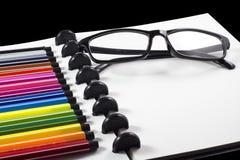 Witte spatie sketchbook met kleurenpen voor bedrijfsmalplaatje Stock Foto