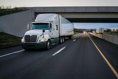Witte 18 speculant semi vrachtwagen en viaduct Stock Fotografie