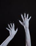 Witte spook of heksenhanden met scherpe zwarte spijkers, lichaamsart. Stock Foto's