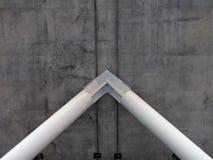 Witte staalpijlers ondersteunend dik grijs beton royalty-vrije stock afbeelding