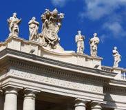 Witte standbeelden bovenop de bouw van Vatikaan, blauwe hemel stock afbeelding