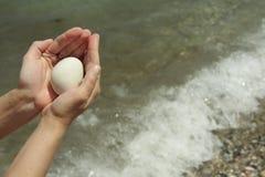 Witte steenbal in handen Royalty-vrije Stock Foto's