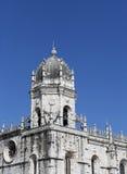 Witte steenbasiliek op de straat van Lissabon Stock Afbeeldingen