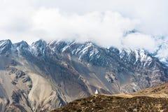 Witte steenstupa op de achtergrond van bergen, Nepal Royalty-vrije Stock Afbeelding