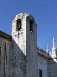 Witte steentoren met klok in Lissabon Stock Fotografie