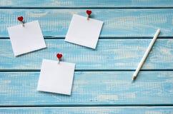 Witte sticker drie met wasknijpers - harten en wit potlood Stock Afbeelding