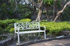 Witte stoel in de tuin Stock Afbeeldingen